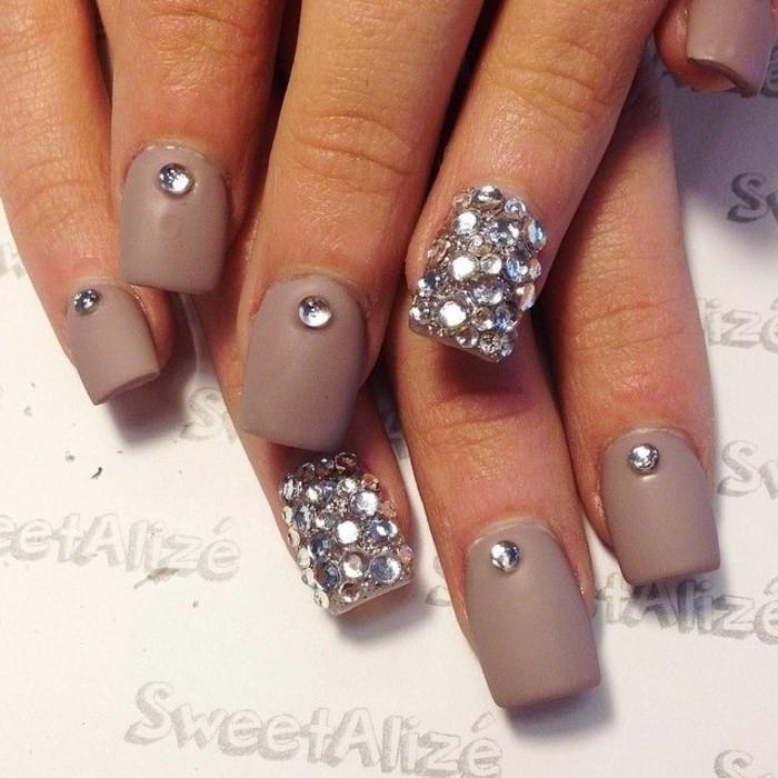 unghie-particolari-nail-art-brillantini-coprono-tutto-anulare-brillantini-singoli-altre-dita-base-color-fango-opaco