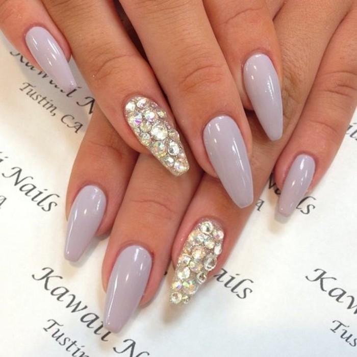 unghie-particolari-nail-art-brillantini-ricoprono-tutto-anulare-altre-unghie-color-grigio-chiaro-brillante