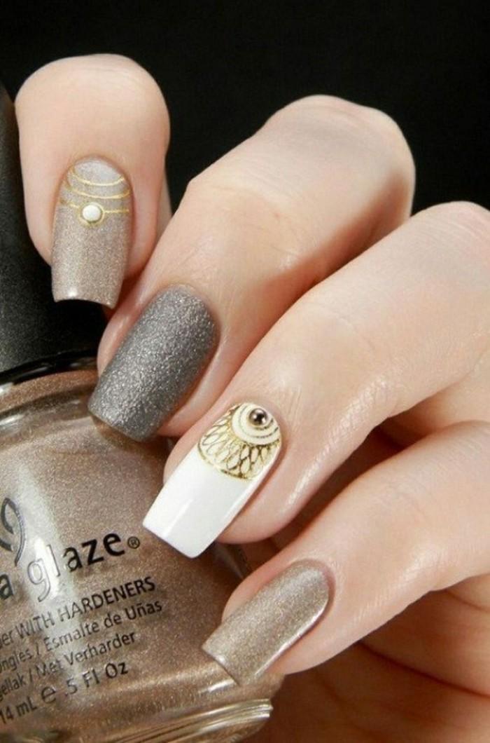unghie-particolari-nail-art-unghie-colori-diversi-toni-caldi-anulare-avorio-decorazioni-dorate