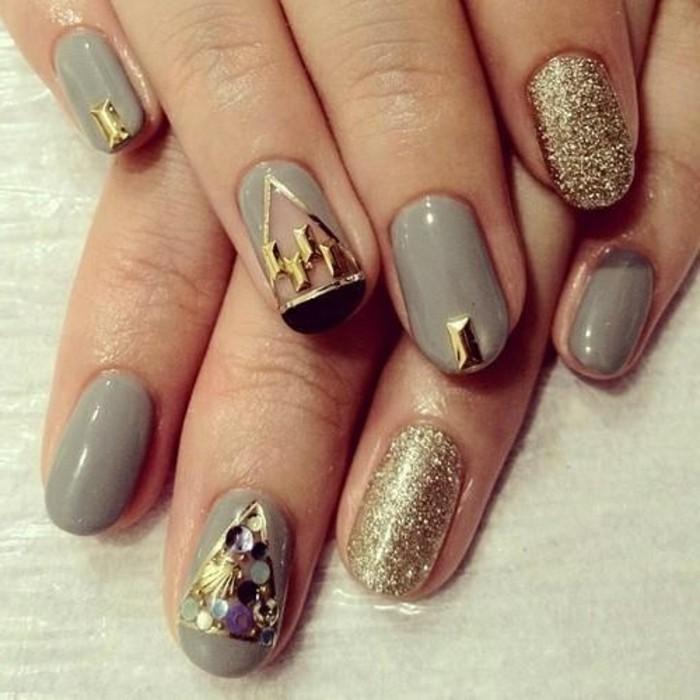 unghie-tonde-decorate-con pietre-smalto-oro-base-grigia