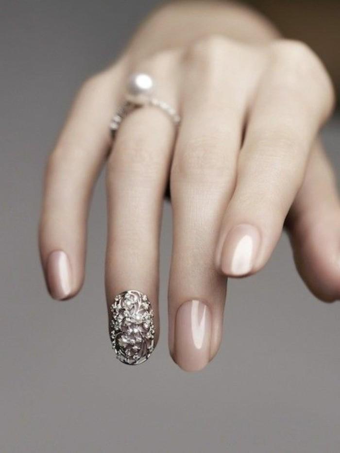 unghie-tonde-manicure-elegante-smalto-color-carne-anulare-decorazioni-dorate