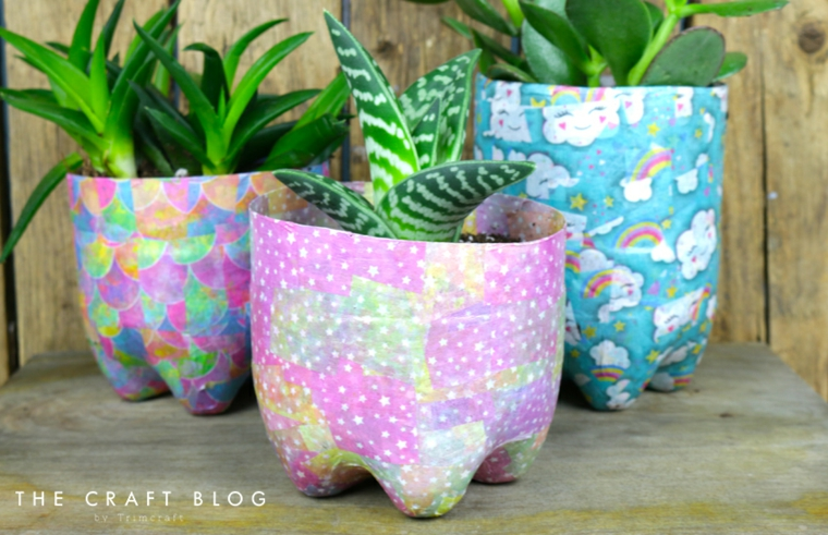 Bottiglia di plastica decorata utilizzata come vaso per piante, riciclo creativo