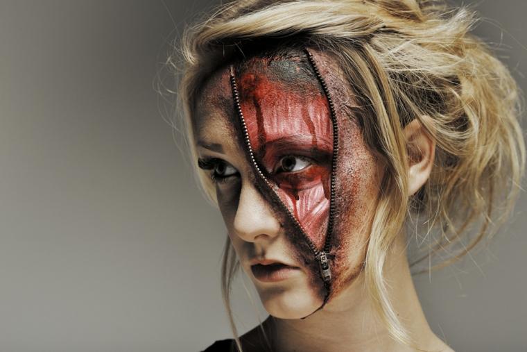 zombie-donna-halloween-viso-zip-muscoli-vista-capelli-biondi