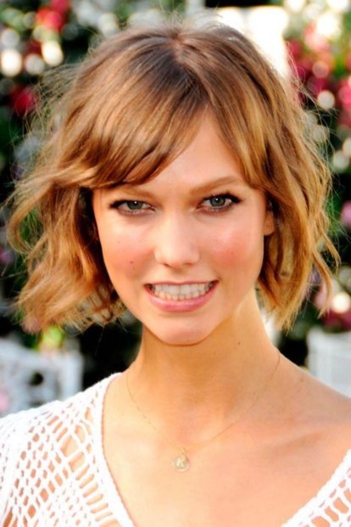 Karlie-Kloss-tagli-caschetto-versione-corta-frangia-pettinata-lato-boccoli-trucco-naturale