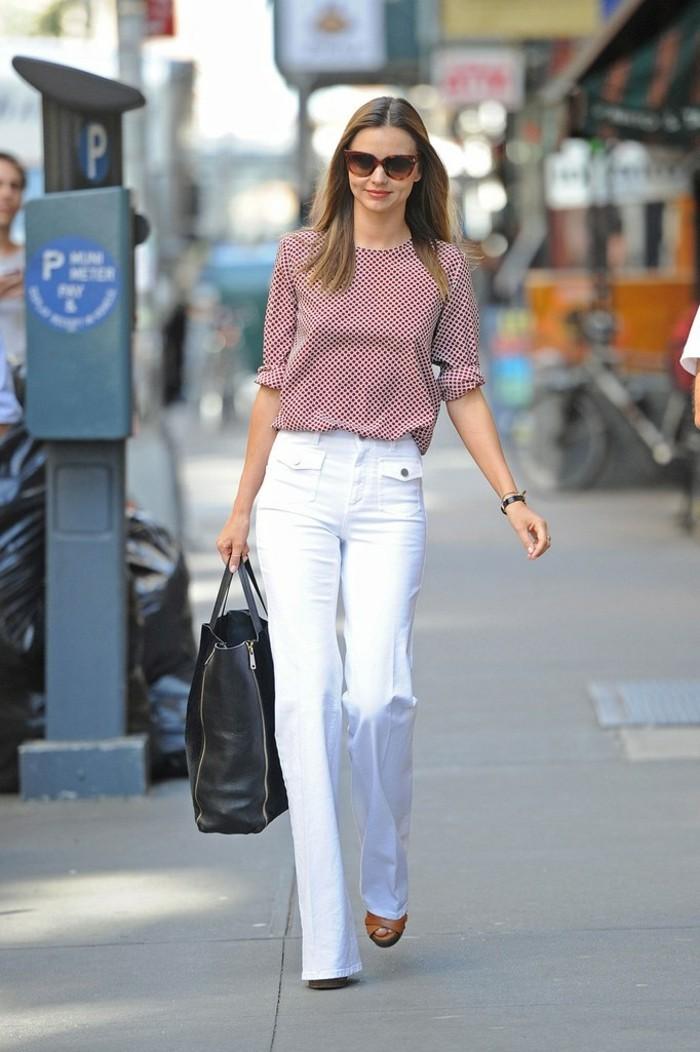 abbigliamento-business-casual-donna-pantalone-bianco-zampa-camicia-colorata-scarpe-tacco-borsa-grande-nera