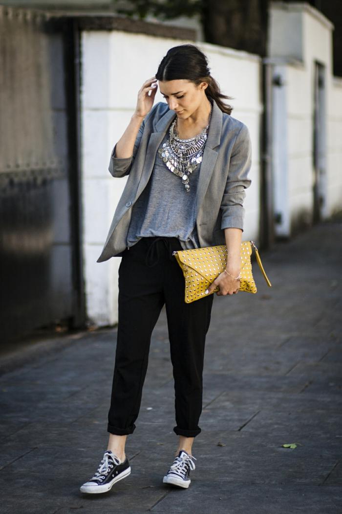 abbigliamento-business-casual-pantalone-nero-baggy-donna-t-shirt-grigia-giacca-borsa-gialla-scarpe-da-ginnastica-converse-nere