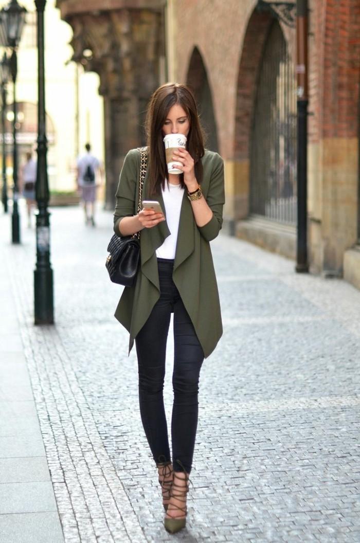 a971e113801d abbigliamento-casual-chic-donna-capelli-castani-jeans-tacchi-
