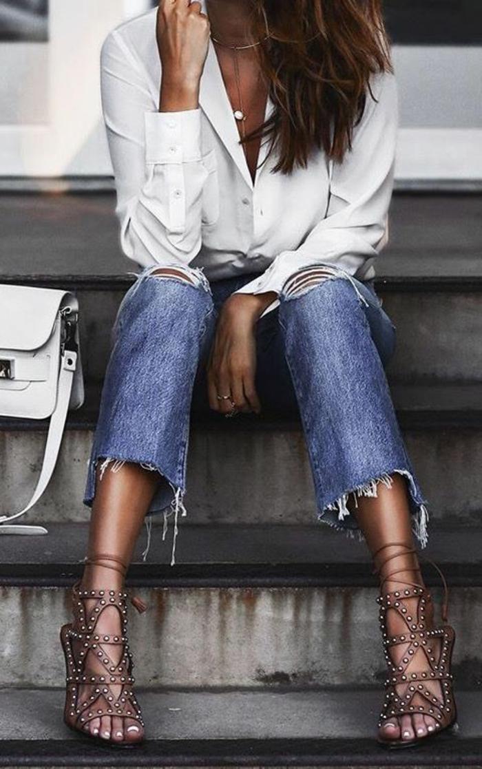 abbigliamento-casual-chic-donna-elegante-camicia-bianca-jeans-tacco-sandalo-borsa-bianca-pelle