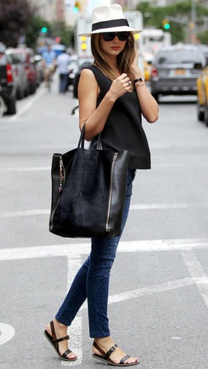 abbigliamento-casual-chic-donna-jeans-regular-top-nero-senza-maniche-fluido-sandali-borsa-nera-velluto-pelle-cappello-bianco