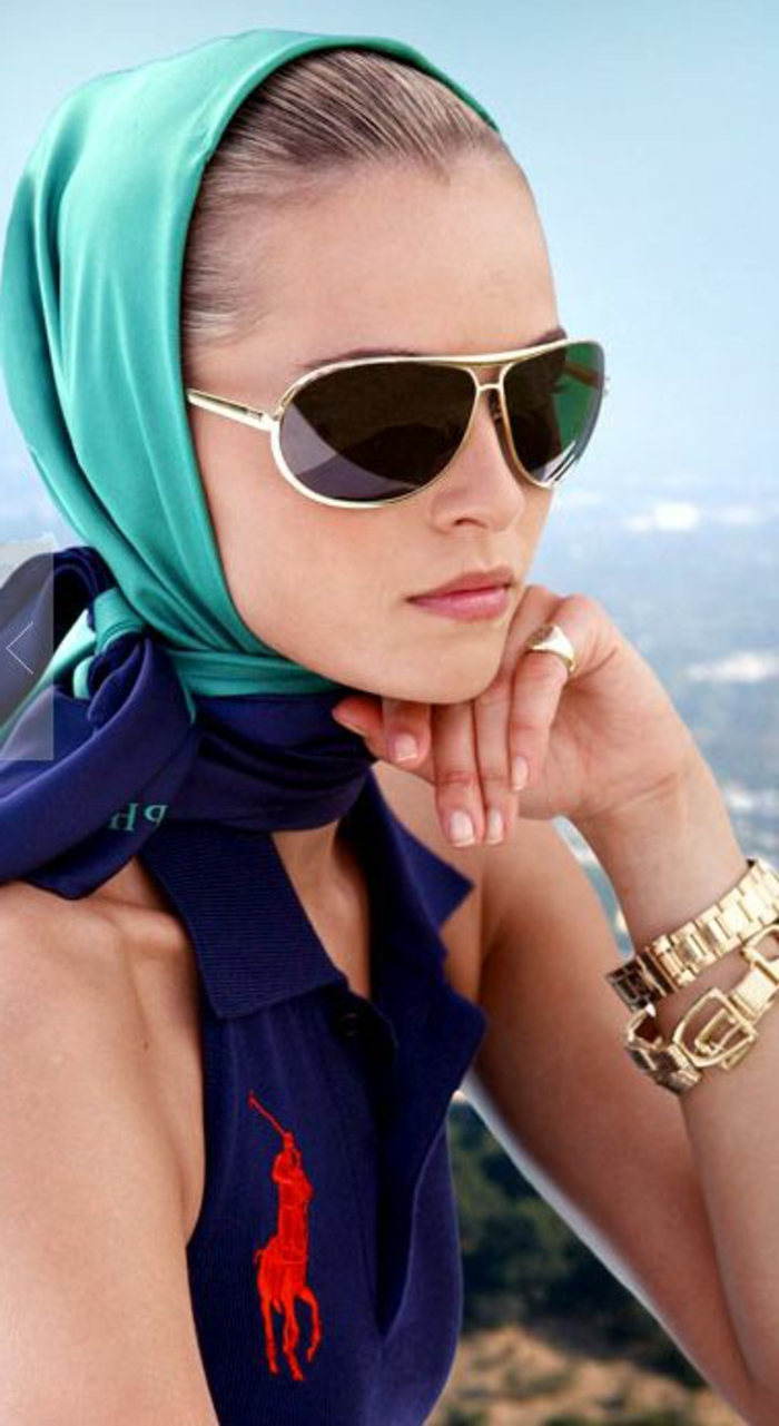 abbigliamento-casual-chic-donna-orologio-top-polo-foulard-blu-occhiali-da-sole-stile-aviator