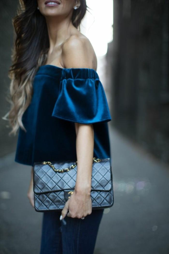 abbigliamento-casual-chic-maglietta-spalle-scoperte-velvet-colore-blu-abbinamento-blu-jeans-borsa-clutch-pelle-nera