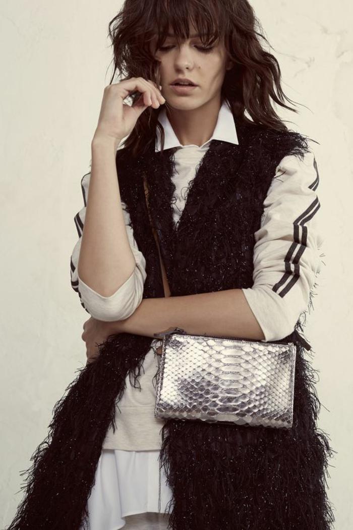 abbigliamento-casual-donna-chic-borsa-color-argento-tracolla-pelliccia-finta-nera-felpa-bianca