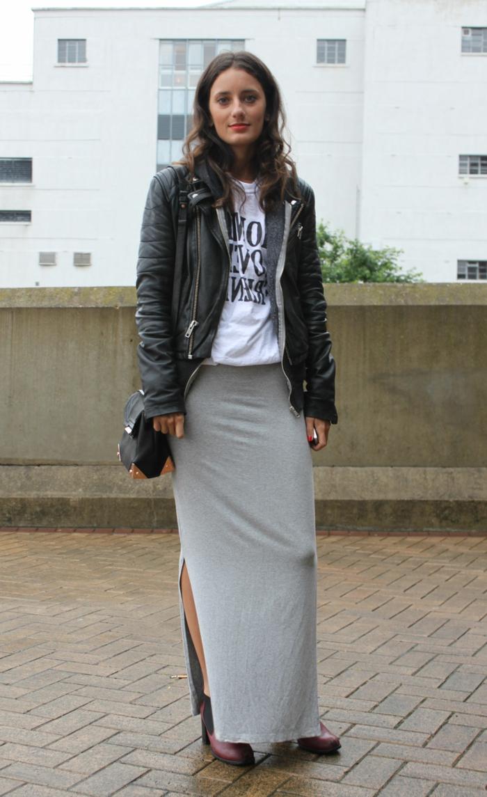abbigliamento-casual-donna-gonna-grigia-lunga-t-shirt-bianca-giacca-pelle-scarponcini-bordeaux
