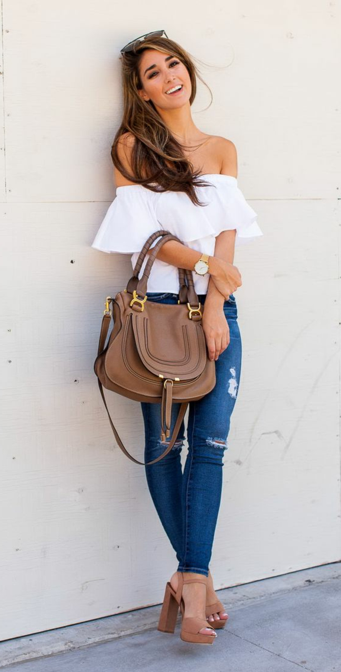 abbigliamento-casual-donna-jeans-maglietta-spalle-scoperte-vollant-tacchi-alti-borsa-abbinata