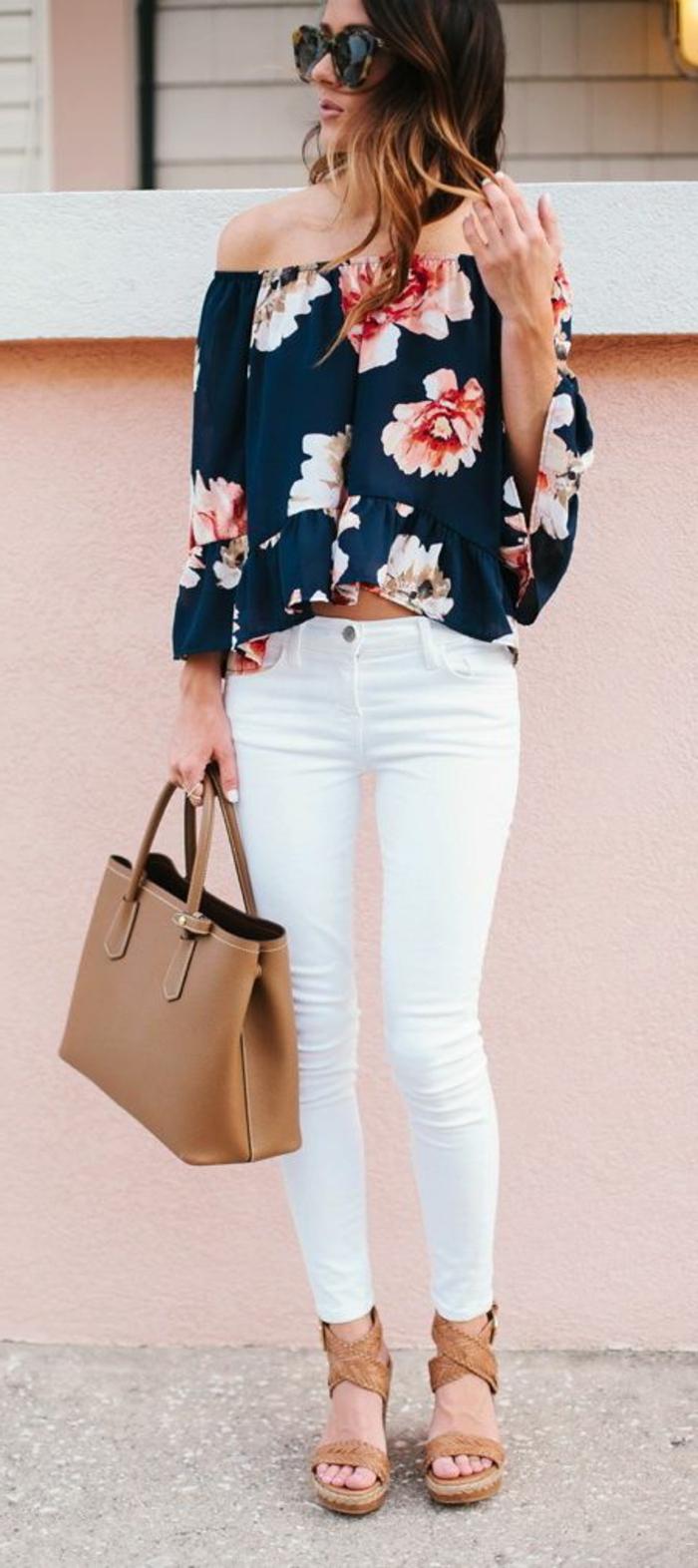 abbigliamento-casual-donna-pantalone-bianco-camicia-spalle-scoperte-zeppe-abbinate-borsa
