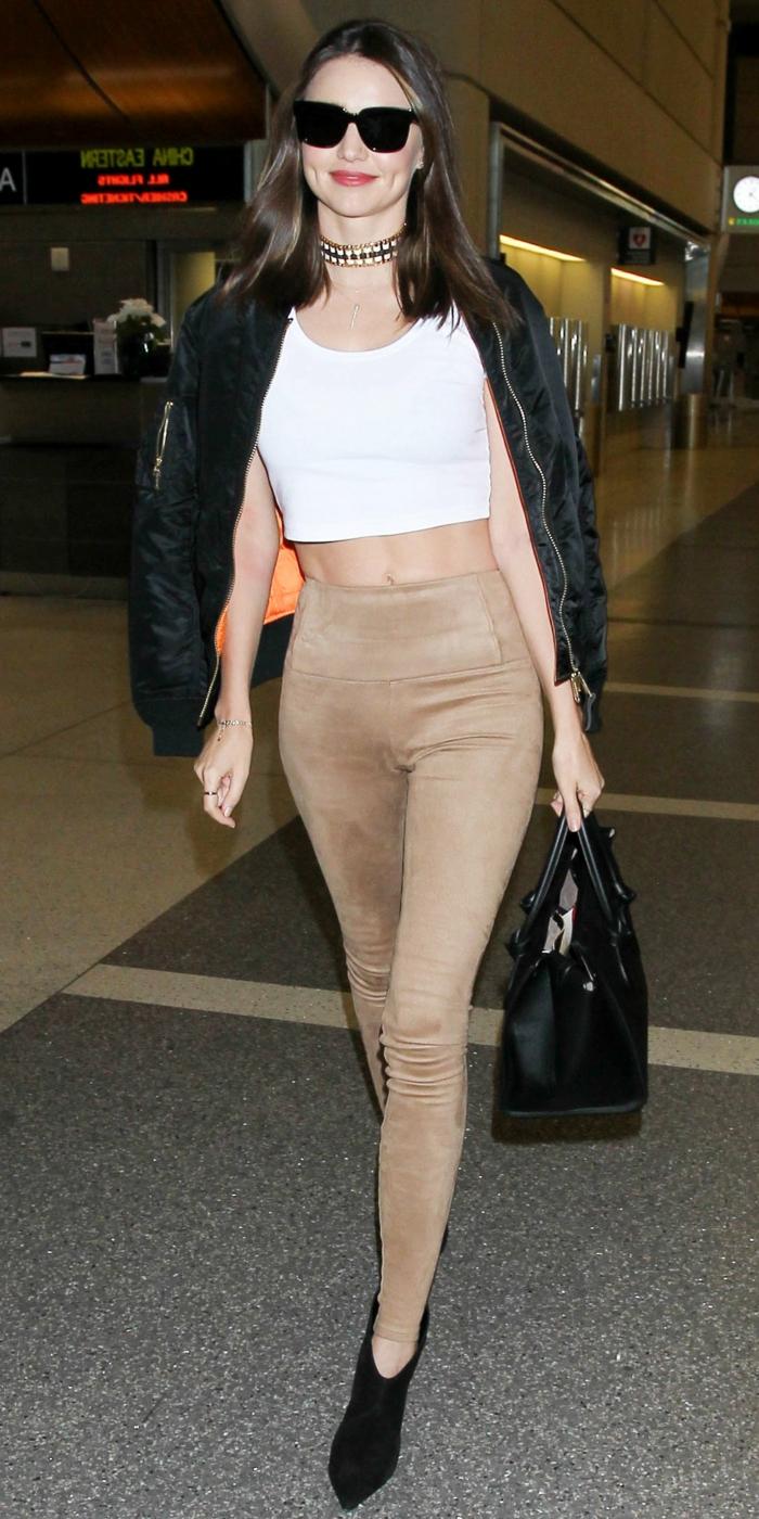 abbigliamento-casual-donna-pantaloni-grigi-top-bianco-corto-bomber-borsa-stivaletti-neri