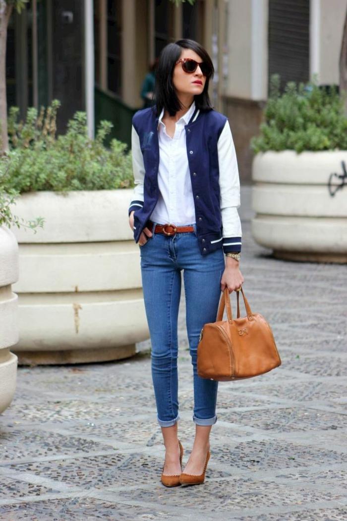 abbigliamento-casual-jeans-tacchi-marroni-abbinati-borsa-cintura-bomber-bianco-blu-occhiali-da-sole-capelli-caschetto