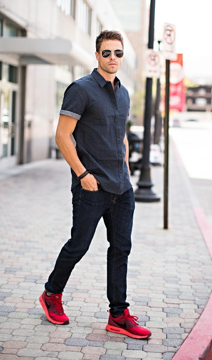 abbigliamento-casual-uomo-camicia-maniche-corte-jeans-scarpe-da-ginnastica-rosse-occhiali-da-sole