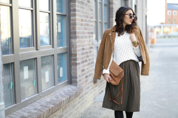 abbigliamento-casual-vestiti-autunnali-gonna-maglione-giacca-borsa-tracolla-occhiali-da-sole