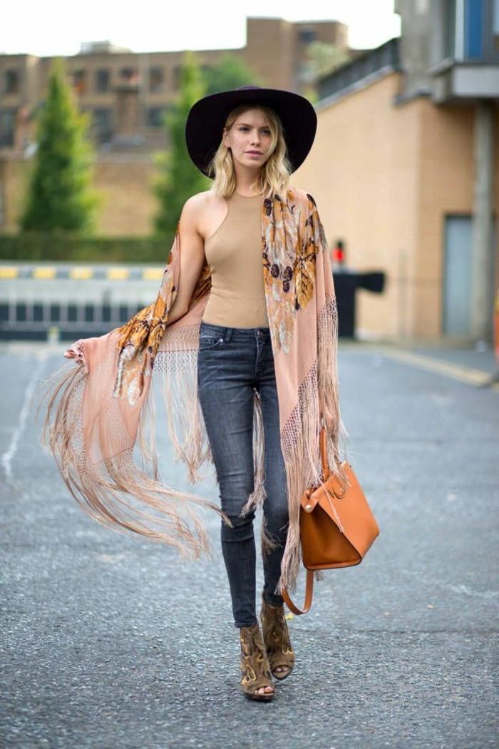 abbigliamento-donna-stile-bohème-look-autunoo-jeans-scarpe-tacchi-borsa-cappello-top-scirpa-frange