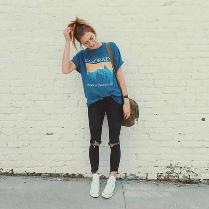 abbigliamento-donna-street-style-pantalone-nero-strappi-ginocchia-maglietta-blu-borsa-tracolla