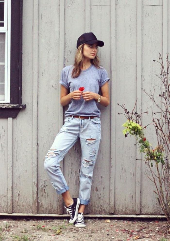 abbigliamento-donna-street-style-vestiti-jeans-maglietta-basic-scarpe-da-ginnastica-converse-cappello-nero