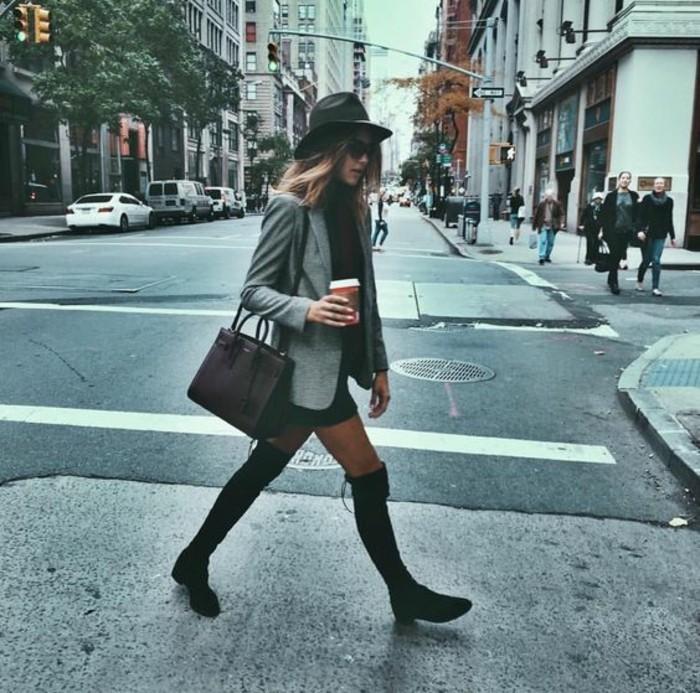 abbigliamento-hipster-donna-gonna-corta-blazer-elegante-stivali-alti-cappello-borsa-sciarpa