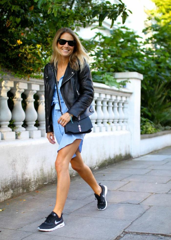 abbigliamento-informale-donna-vestito-blu-giacca-pelle-borsa-piccola-tracolla-sneackers-scarpe-da-ginnastica-occhiali-da-sole