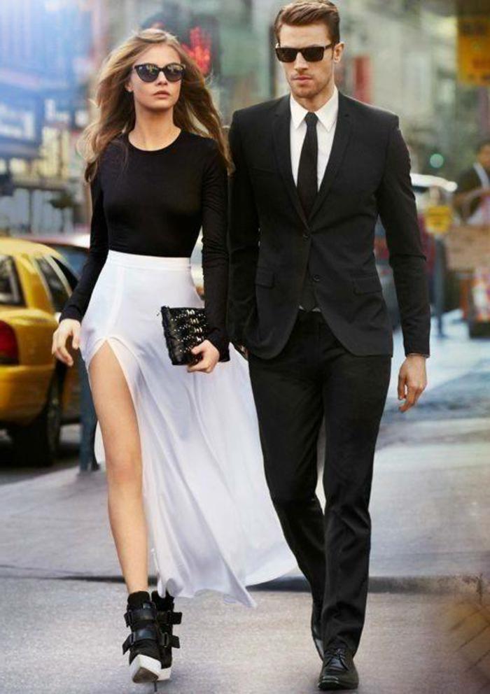abbigliamento-smart-casual-donna-gonna-lunga-bianca-scarpe-ginnastica-alte-maglia-nera-uomo-costume-elegante-occhiali-da-sole