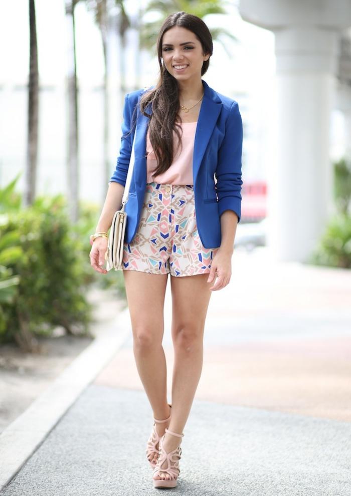 abbigliamento-smart-casual-pantaloncini-corti-taglia-alta-top-scarpe-alte-blazer-blu-borsa-tracolla
