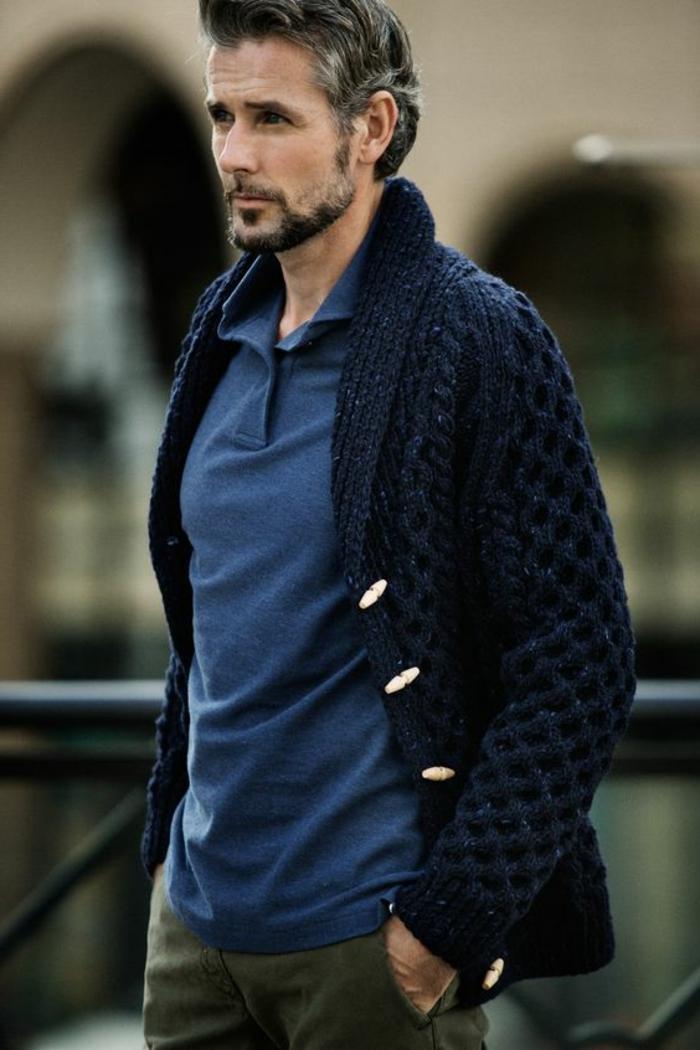 abbigliamento-uomo-polo-blu-cardigan-pesante-pantalone-outfit-casual-tutti-giorni