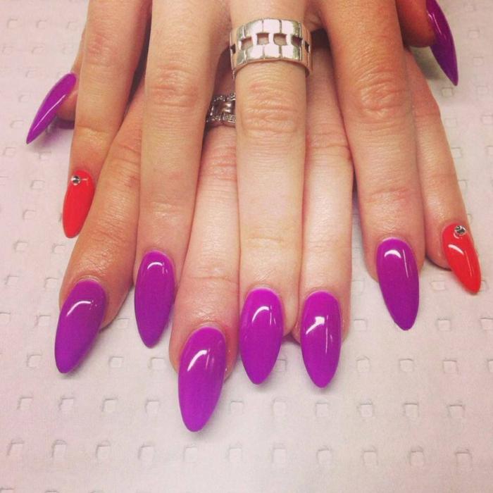 accent-nail-dito-anulare-colore-fucsia-brillantino-smalto-gel-colore-viola-forma-unghia-stiletto