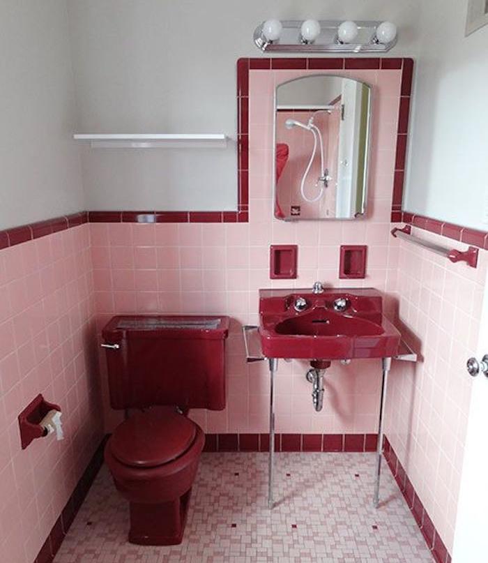 accessori-bagno-stile-retrò-colore-rosso-piastrelle-rosa-lampade-water-classico-lavabo-moderno