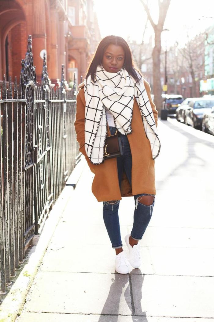 accessori-sciarpa-molto-grande-bianca-abbigliamento-casual-jeans-cappotto-borsetta-tracolla
