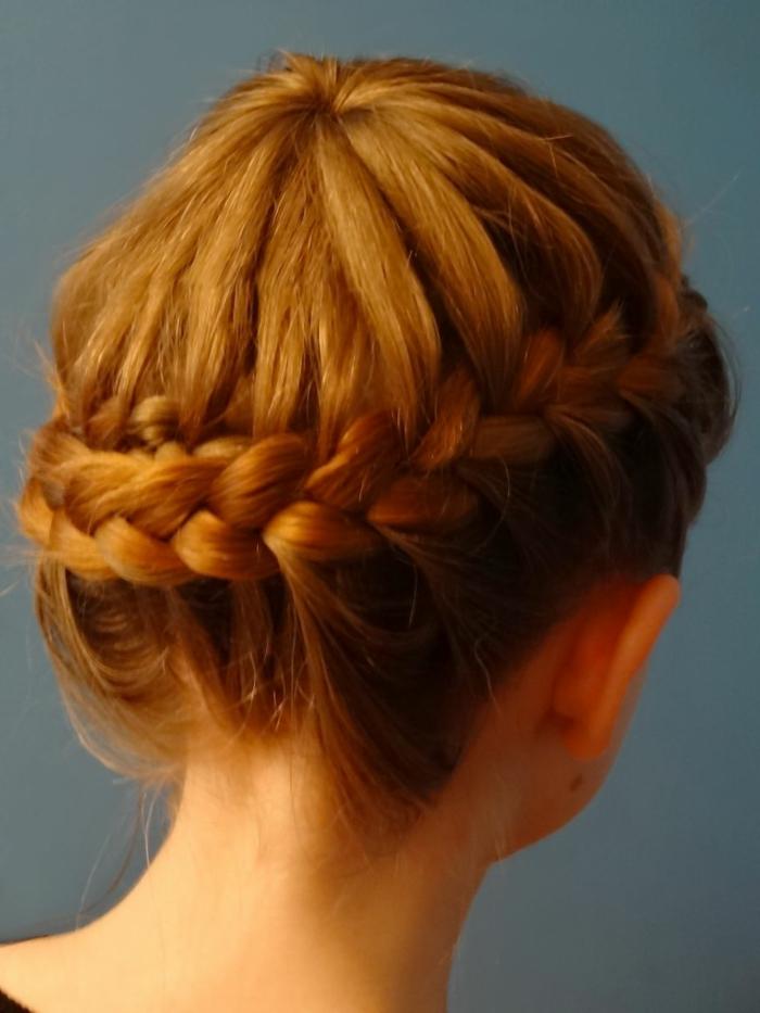 acconciatura-femminile-raccolta-ispirata-medioevo-ragazza-capelli-biondo-ramato-treccia-corona