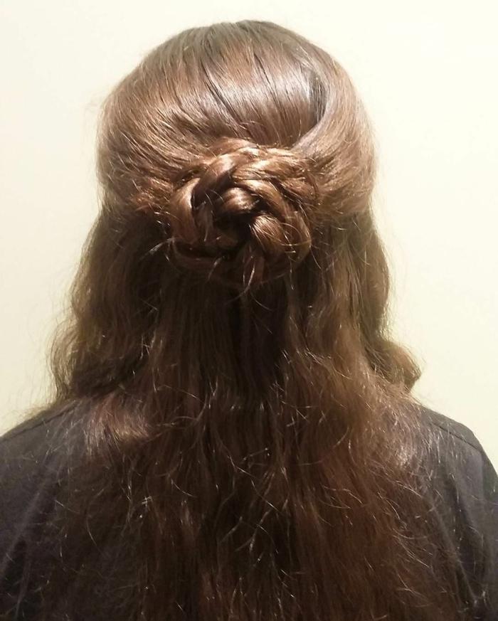 acconciatura-medievale-capelli-lunghi-castano-naturali-chignon-semi-raccolto