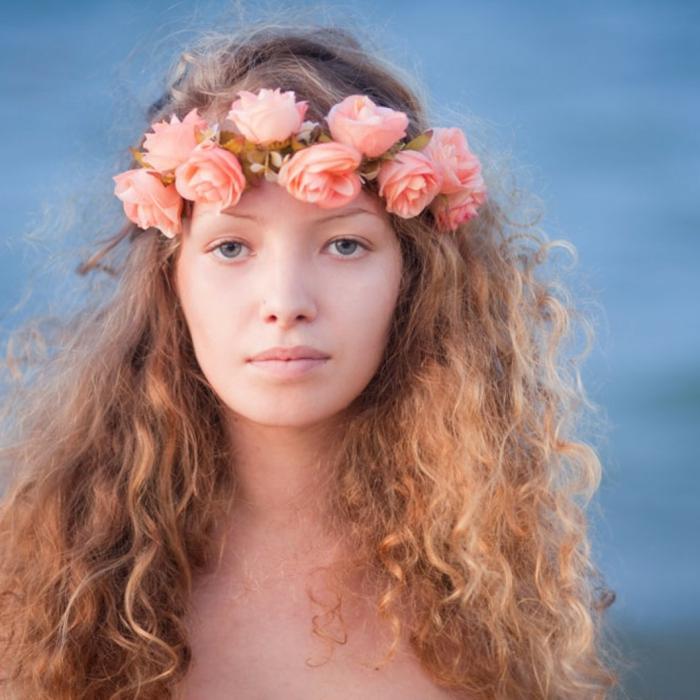 acconciatura-medievale-ragazza-capelli-castano-chiari-ondulati-voluminosi-corona-rose-arancioni