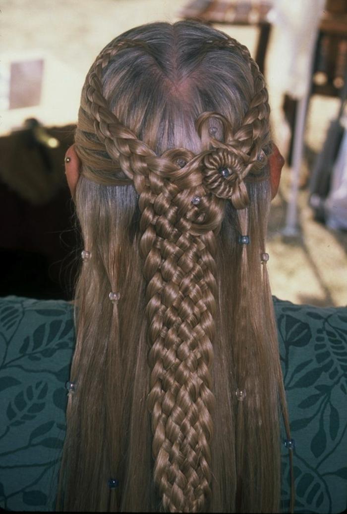 acconciatura-medievale-ragazza-capelli-lunghi-lisci-castani-semi-raccolto-finisce-trecce-decorazioni-lato