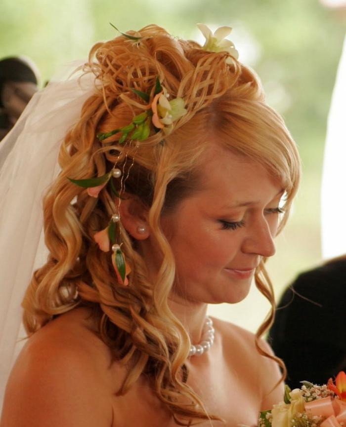 acconciatura-medievale-sposa-capelli-lunghi-biondo-scuri-fiori-perle-decorazioni