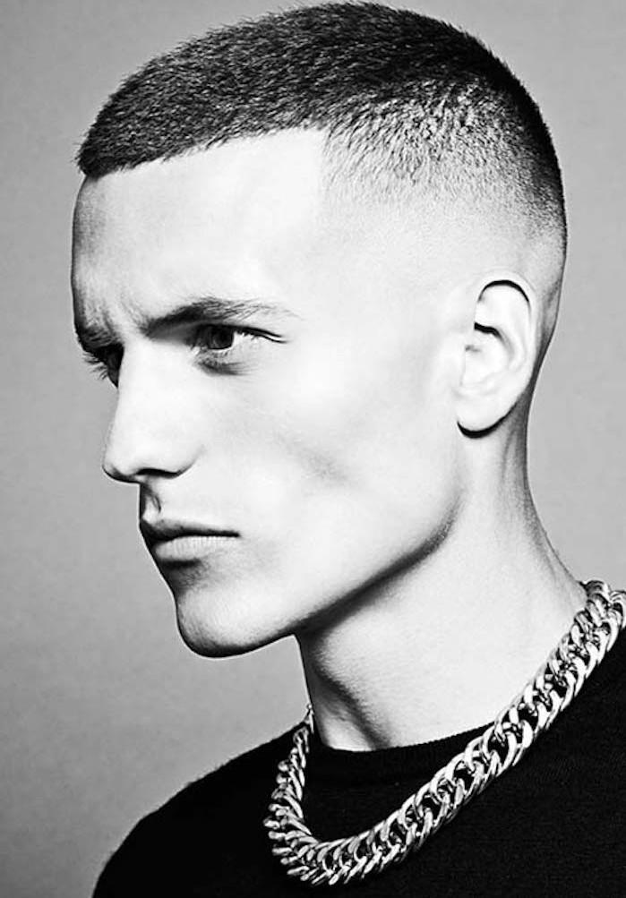 acconciature-capelli-uomo-rasati-molto-corti-larti-leggermente-piu-lunghi-sopra-grande-collana-catena