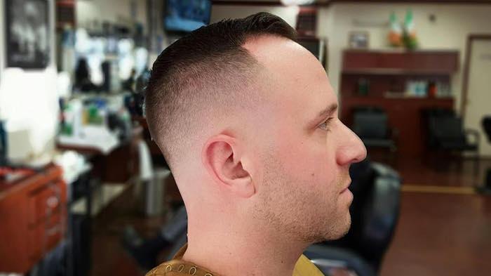acconciature-capelli-uomo-rasati-molto-corti-lati-ciuffo-leggermente-piu-lungo