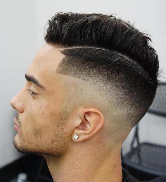 acconciature-capelli-uomo-taglio-graduato-lati-riga-ciuffo-banana-lunghezza-media-orecchino-quadrato