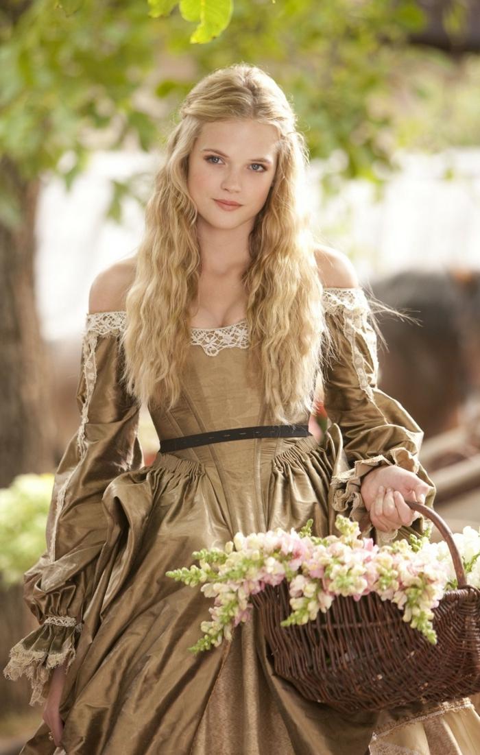 acconciature-femminili-stile-medioevo-ragazza-capelli-lunghi-biondi-riga-mezzo-semi-raccolto