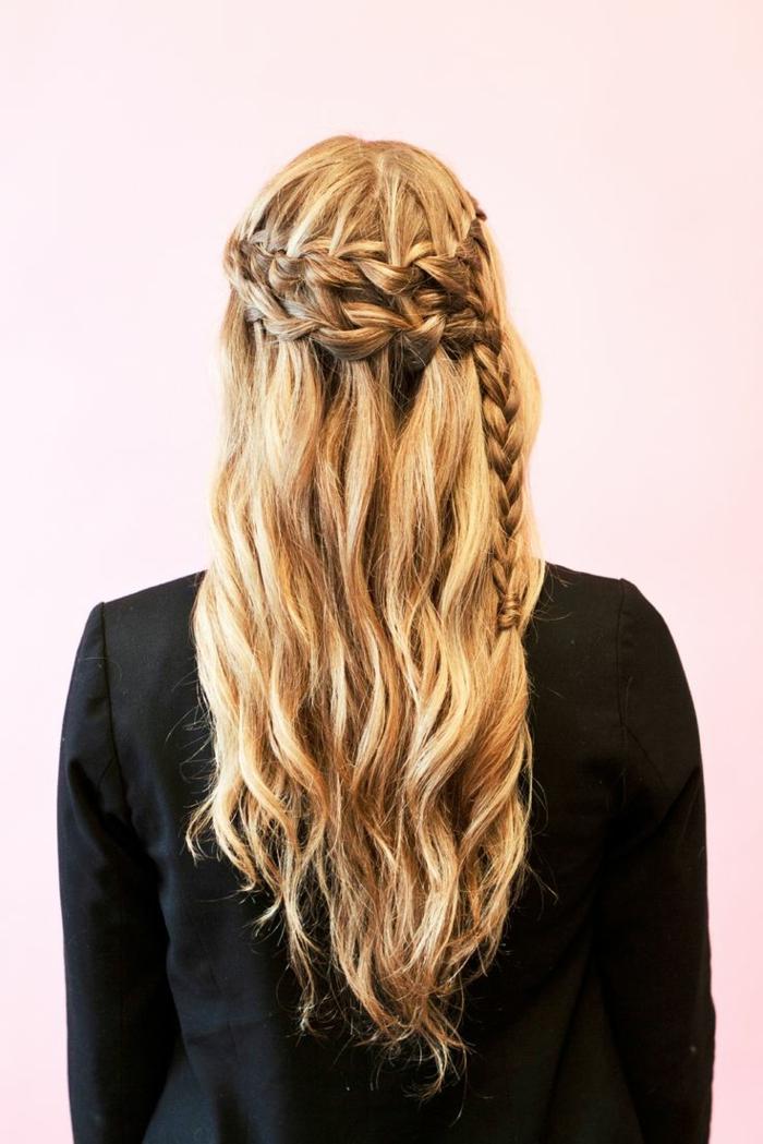 acconciature-medievali-capelli-lunghi-biondi-ondulati-treccia-corona-lato