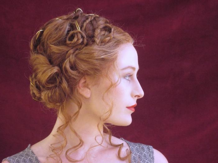 acconciature-medievali-immagine-profilo-donna-capelli-ramati-raccolti-treccie-ciuffi-boccoli-liberi