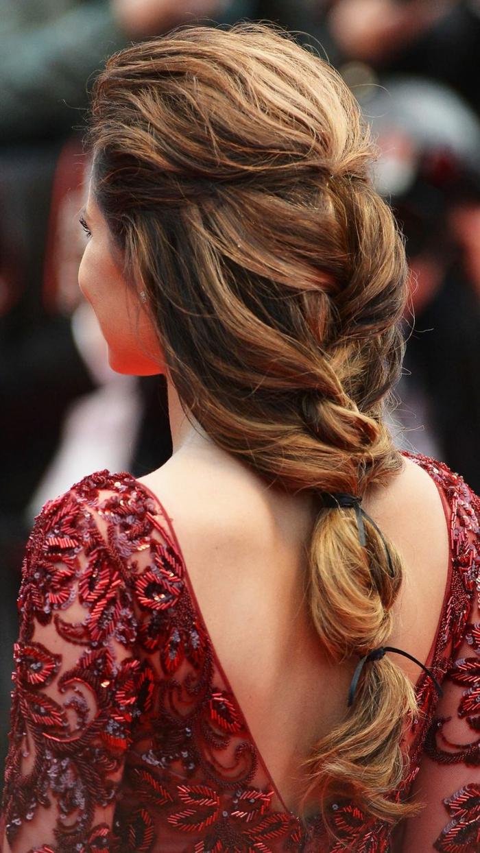 acconciature-medievali-ragazza-capelli-castano-chiari-raccolti-morbida-treccia-abito-rosso