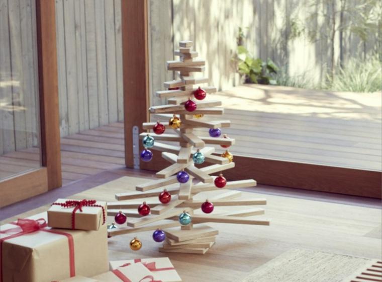 Alberi di Natale particolari, idea con una struttura in legno e decorazione con palline colorate