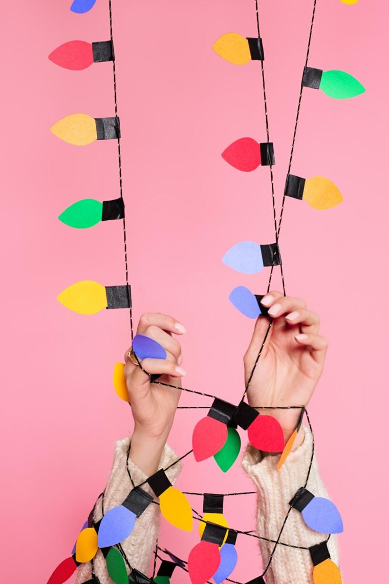 decorazioni natalizie, una ghirlanda creata con tante lucine colorate realizzate con la carta