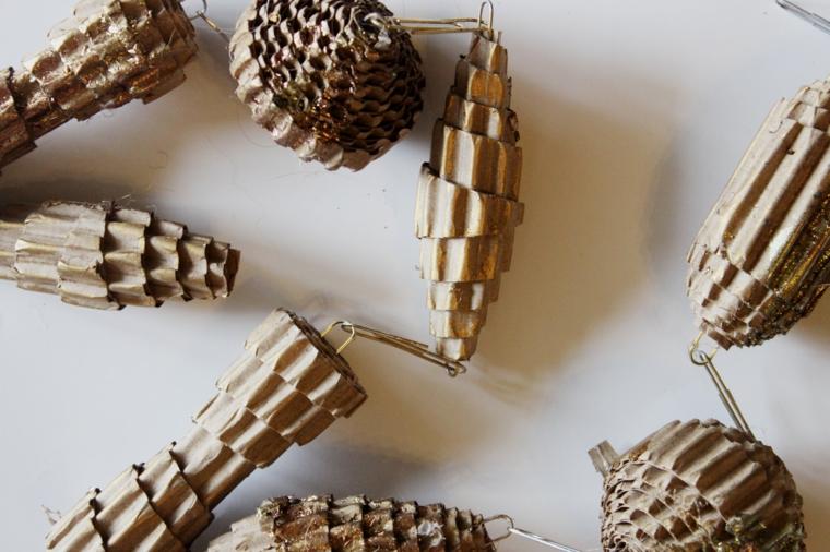 decorazioni natalizie, una proposta originale e creativa creata con della carta dipinta di oro