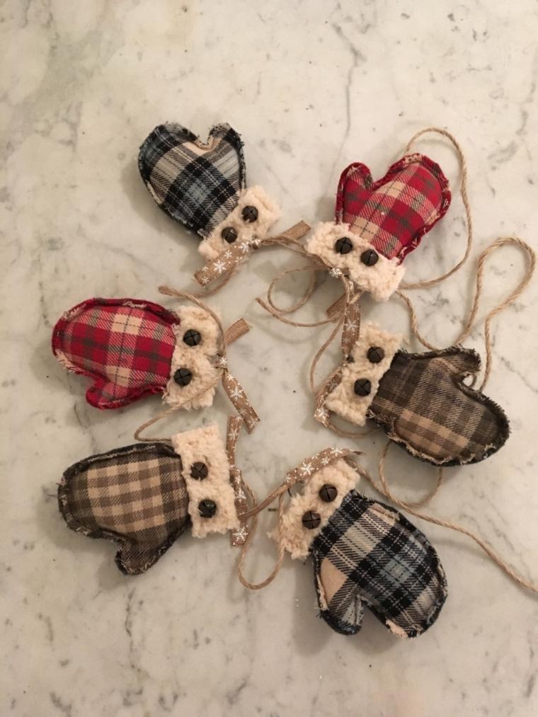 decorazioni natalizie, un a graziosa ghirlanda realizzata con dei piccoli guanti in stoffa